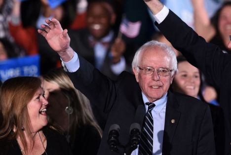 US Democratic presidential candidate Bernie Sanders waves during the primary night rally in Concord, New Hampshire, on February 9, 2016. Self-described democratic socialist Bernie Sanders and political novice Donald Trump won New Hampshire's presidential primaries Tuesday, US media projected, turning the American political establishment on its head early in the long nominations battle. / AFP / Jewel Samad